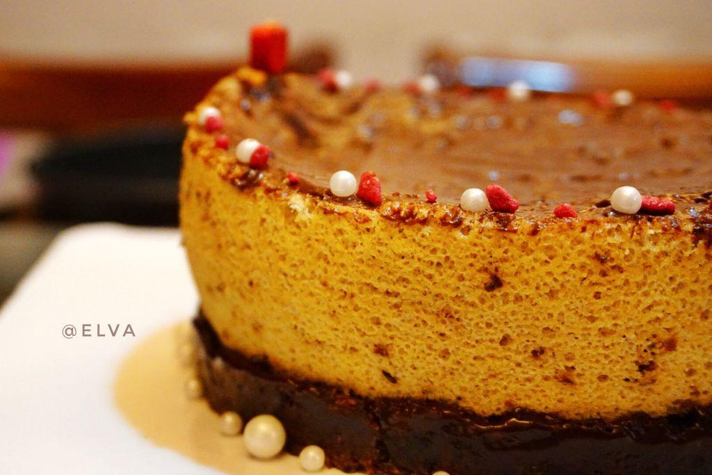这个蛋糕的诞生,实属一个误打误撞啦 因为我没有计算好玫瑰酱的重量对蛋糕的影响 不过最终还是将它拼合成了一款皇冠 其味道而言,是满口腔的玫瑰香气 巧克力酱因为增加了特殊的调味料 更增强了玫瑰的香气,减落了它的甜腻度 因此玫瑰巧克力酱做了一个综合的作用 承上启下,给整个蛋糕提神了 这款蛋糕的创作思路 是希望这位朋友的皇冠能永远璀璨夺目 它不需要多华丽 但它的光芒却是由内而外散发出的 它的辐射范围是长久的 徐徐道来的 更希望她能厚积薄发活出更好的人生 成就更好的自己 祝~~生日快乐~~干杯 玫瑰花酱菜谱http
