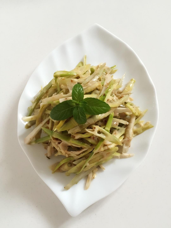 主料 新鲜的竹笋,料汁儿 凉拌竹笋的做法步骤        本菜谱的