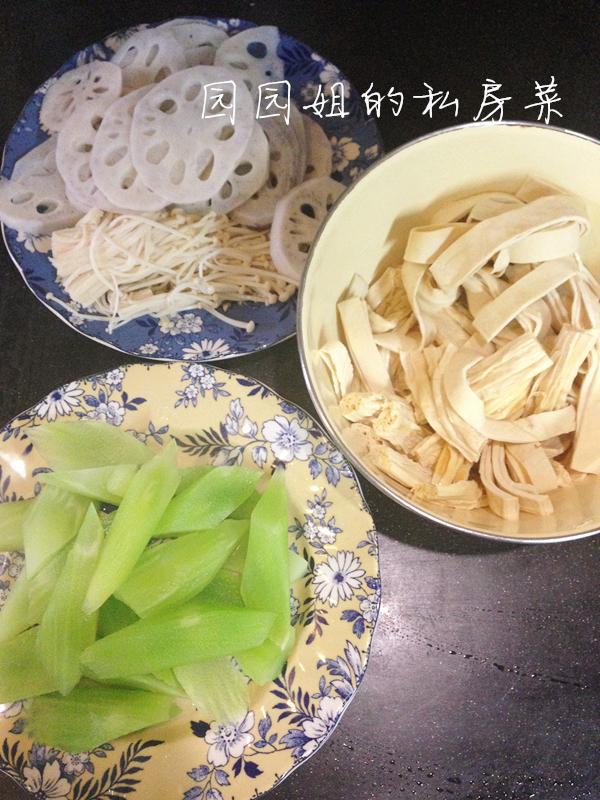 藕切薄片,腐竹切段,厚百叶切条,莴笋切滚刀块,分次将素菜煮熟后捞起图片