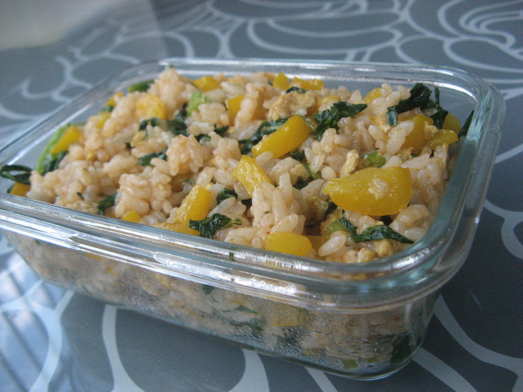 蔬菜蛋炒饭的做法步骤 1. 锅内放适量油,放入搅好的蛋液 2.