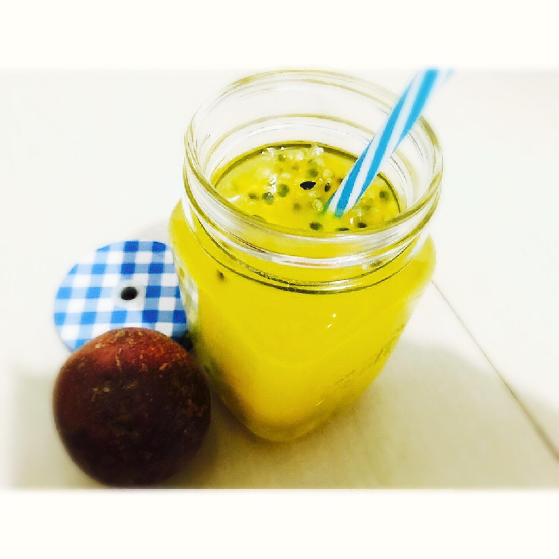 冰糖10g 清水500ml 蜂蜜适量 百香果汁的做法步骤 用沸水冲泡百香果
