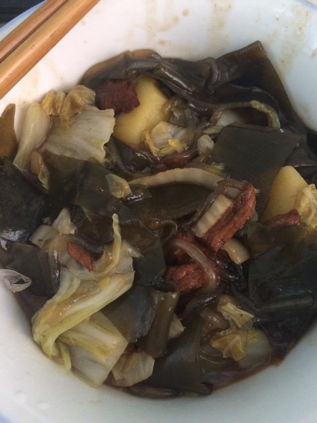 1. 把锅热好,放入适量花椒八角,然后放肉,炒一会放酱油,放入海带,炒炒以后放白菜帮,撒点盐,白菜出水,白菜帮炒差不多了再放土豆,加适量水炖一会,放粉条把锅盖盖上闷一会,记得翻炒一下不然会粘锅,最后放白菜叶炒,差不多了放点味精就可以出锅了