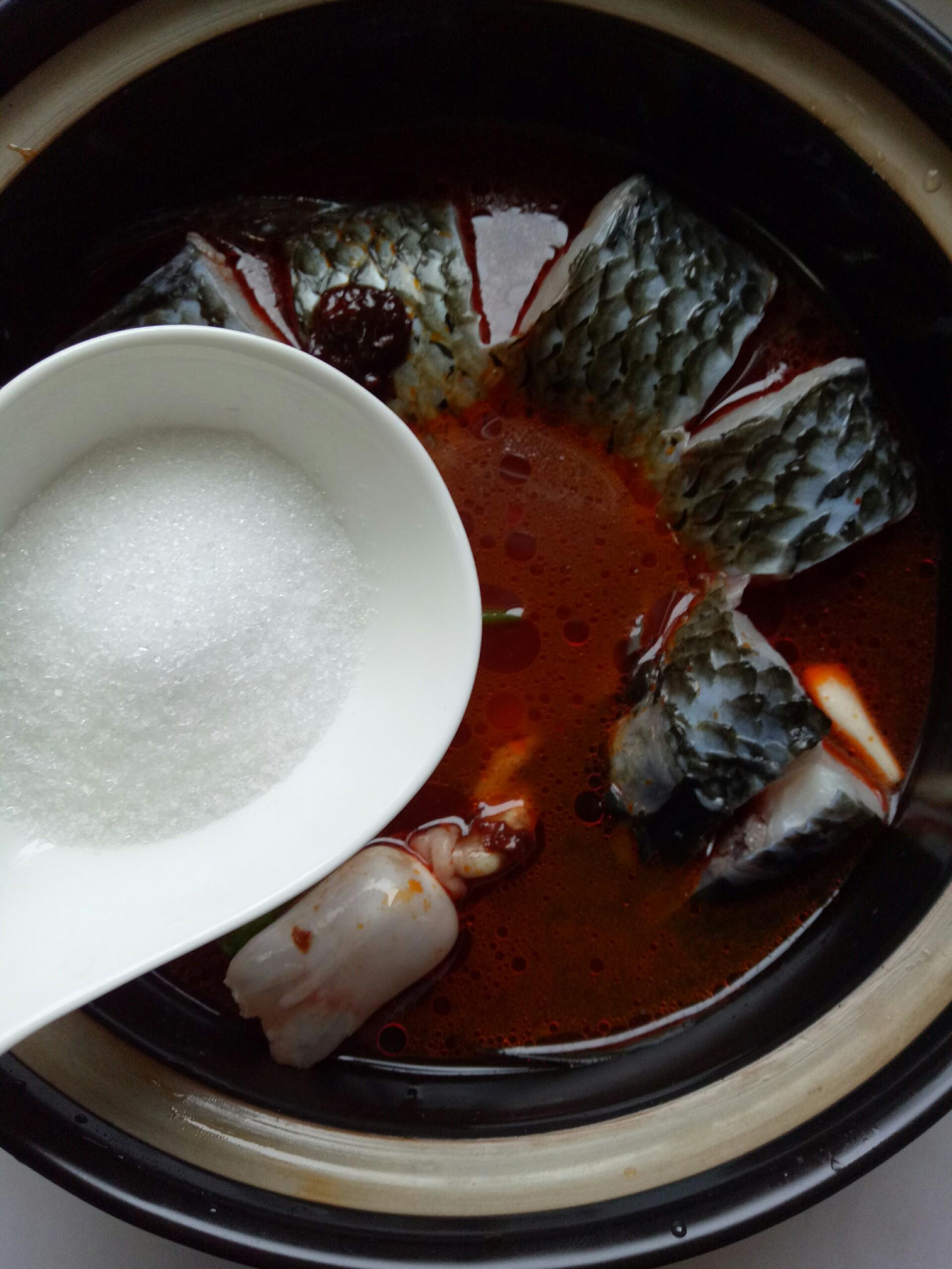 砂锅青鱼的做法步骤 1. 砂锅洗净擦干,涂上一层薄油,放上姜葱蒜瓣 2.