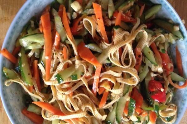 大蒜1头 鸡精适量 味精适量 盐适量 醋适量 家常凉菜的做法步骤