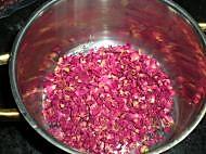 自制玫瑰酱的做法图解2