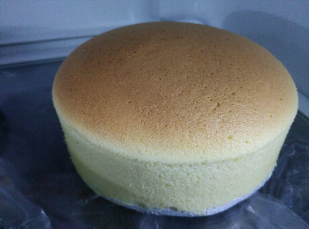 17. 脱模方式:倾斜模具转一圈边边会自动脱,然后很容易就可以拿出来,小心脱模~这个时候的蛋糕非常脆弱,很容易碰到就会有缺陷,应该马上放进冰箱