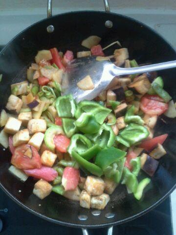 最后翻炒酸菜,放豆瓣酱,怀孕均匀加入青椒图片