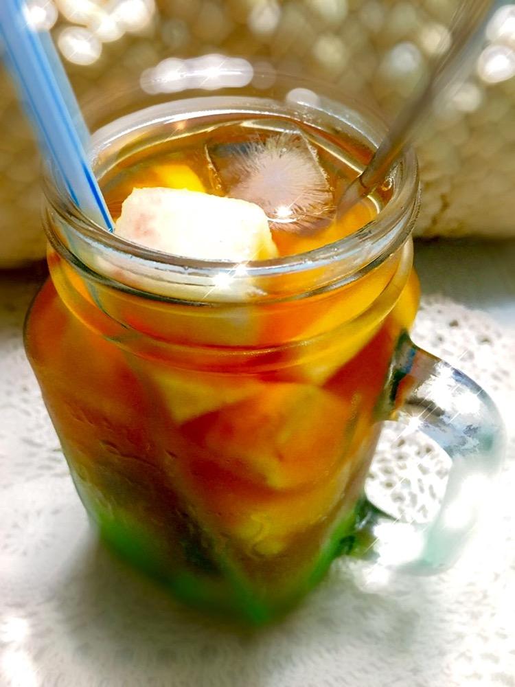 水果茶的做法步骤 1. 切好各种水果,切成小块儿,柠檬切片,备用 2.