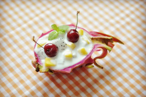 创意火龙果酸奶沙拉船图片