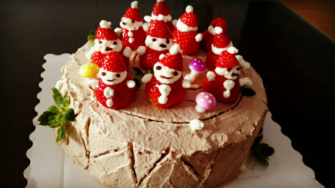 3. 打发好淡奶油后,留出适量白色的装饰圣诞老人。同时把巧克力小火融化(放适量牛奶和适量白糖,牛奶不用太多,够化开巧克力就可以,加糖是为了让巧克力更稠一些,这两样多少不重要,煮到巧克力浓稠就可以了,要不断搅拌并最小火,别糊了)留出一部分装饰圣诞老人五官,剩余的倒入打发好的奶油里,再加入三克可可粉,如果颜色太浅,也可以多放点可可粉,用电动打蛋器打匀,转几次就可以了,以防打发过度。