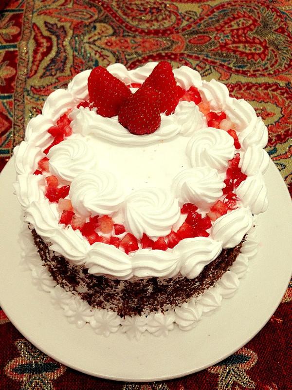8,取出烤好的蛋糕 晾凉后取出分成两层 9,打发淡奶油 在第一层上薄薄