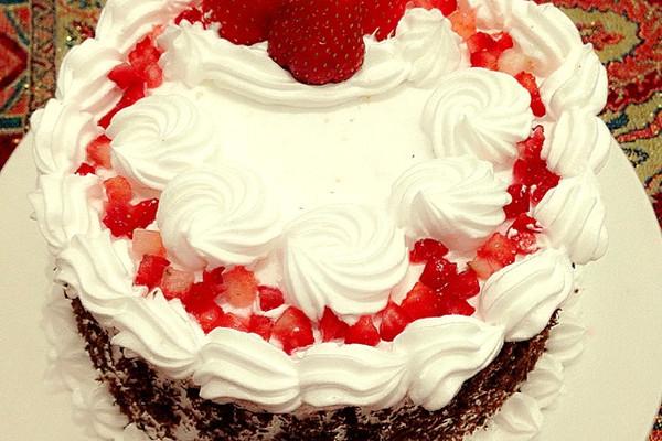 淡奶油300g 糖粉25g 草莓适量 巧克力末适量 奶油裱花蛋糕的做法步骤