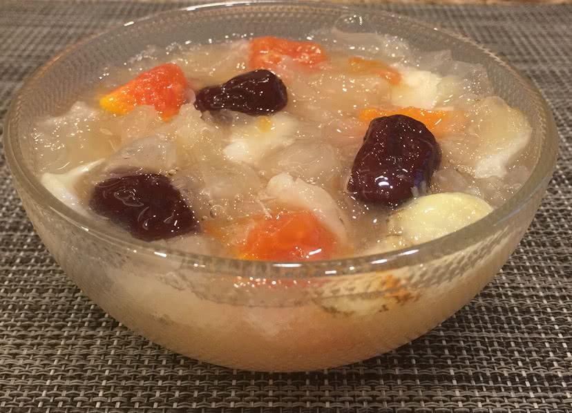 主料 红枣1把 银耳2把 百合1颗 木瓜半颗 红枣百合银耳羹的做法