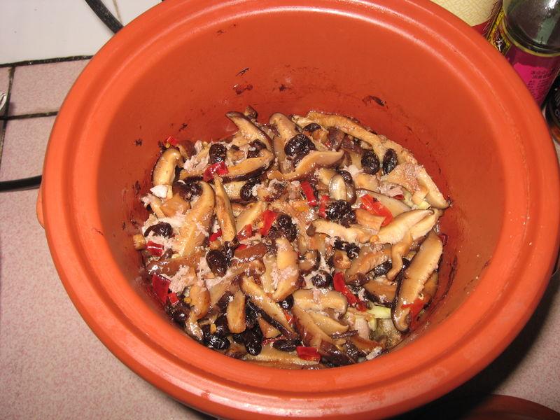 图解 私房菜/12. 把汤汁倒入炖锅里,盖上锅盖小火焖,直到汤汁开锅。