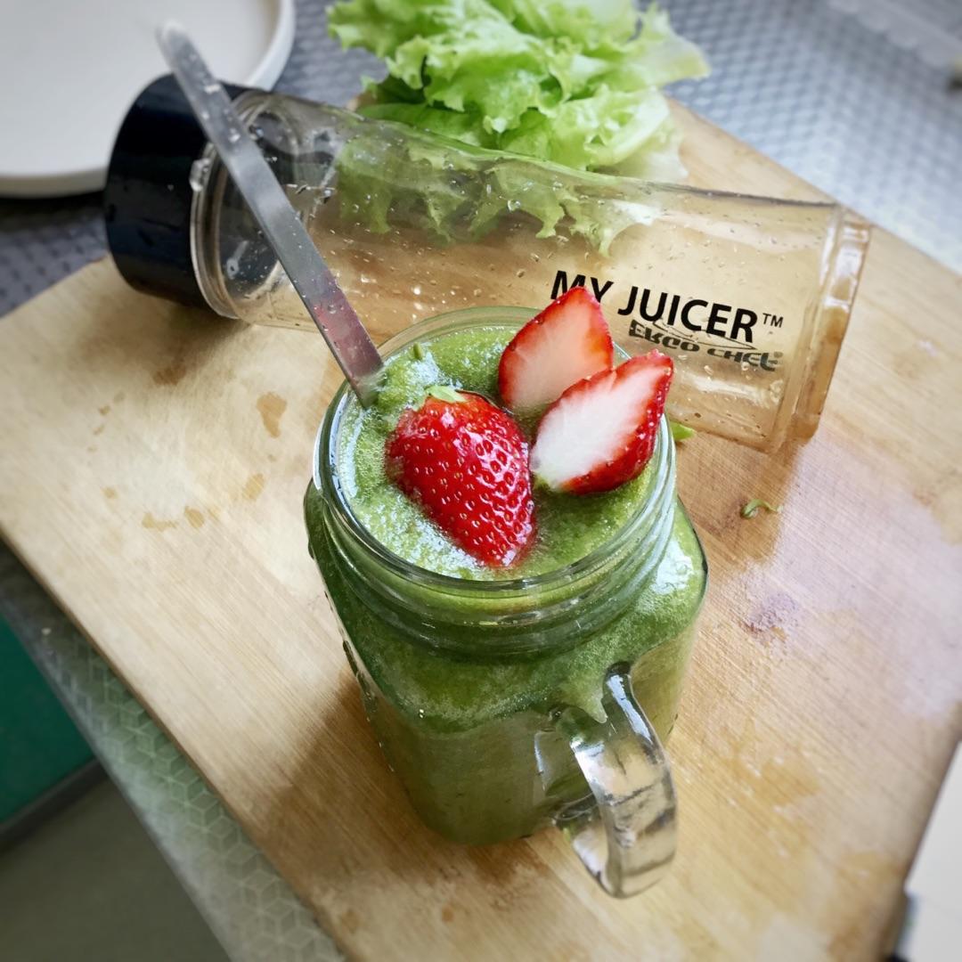 1. 蔬菜和水果这么做营养最好,难怪全世界那么流行~ 把蔬菜水果和水搅拌成冰沙/奶昔,是非常流行的健康吃法[鼓掌]因为零热量高营养深受欢迎,这道草莓 香蕉 柑橘 菠菜冰沙,是吃货妹子最喜欢的绿色冰沙,简单自然甜