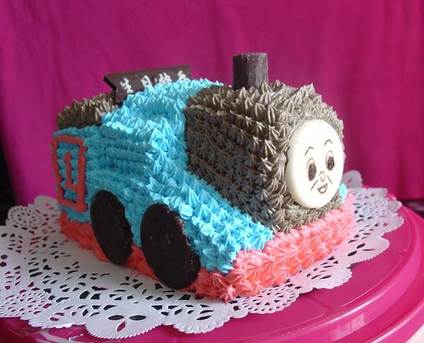 这个蛋糕是因为刚刚学会裱花,打算给几个同事的孩子都做一个,第一次给同事儿子小毛做了一个小汽车蛋糕,另外一个同事说他儿子喜欢火车,这可难倒我了,百度找到这个托马斯火车头的照片,仿佛自己在儿子小时候也看过这个动画片,不过时间过去很久,几乎都忘了,蛋糕是根据动画片的图片做的,这个是第二次尝试立体的蛋糕。