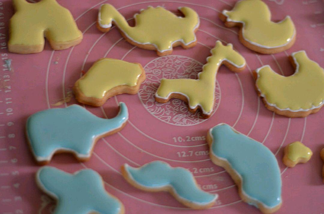 1 、制作糖霜是这款饼干成功的重点。按照步骤5制作出的糖霜适合用来挤饼干外部线条,内部填充糖霜需要稍微稀一些,即滴落的糖霜在十秒钟内能够在容器内摊平整,制作时可以适量滴水来调节稀释度。 2 画糖霜饼干时先用稠厚的糖霜在饼干上勾勒出线条,放一会至稍干。 3、然后在中间填上稀释的糖霜至基本干透。 4、在上面画出喜欢的图案,彻底晾干即可装入密封盒保存。 5、糖霜如果用不完一定要密封保存。 6、以上原料可制作2烤盘约30-40块中等大小的饼干。
