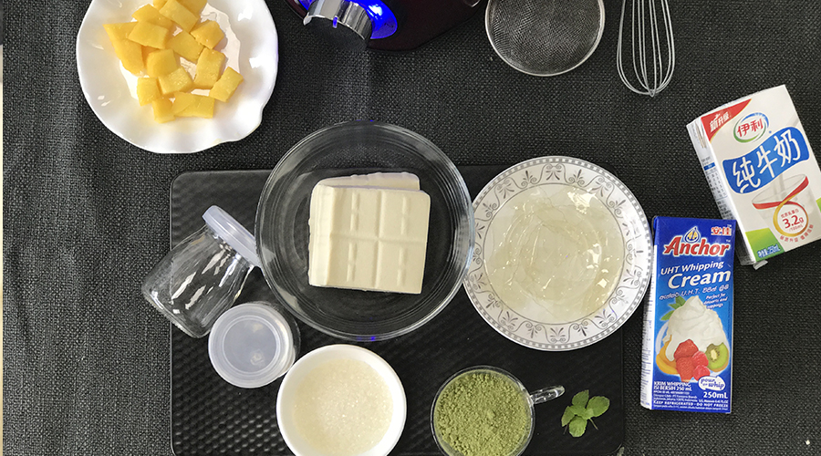 食材准备:吉利丁粉4g,豆腐200g,牛奶30g,淡奶油100ml,砂糖45g,抹茶粉
