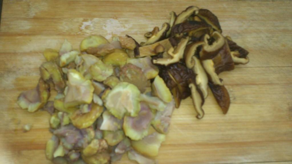 图解 鸡腿肉/2. 水发香菇切片,去皮板栗待用。