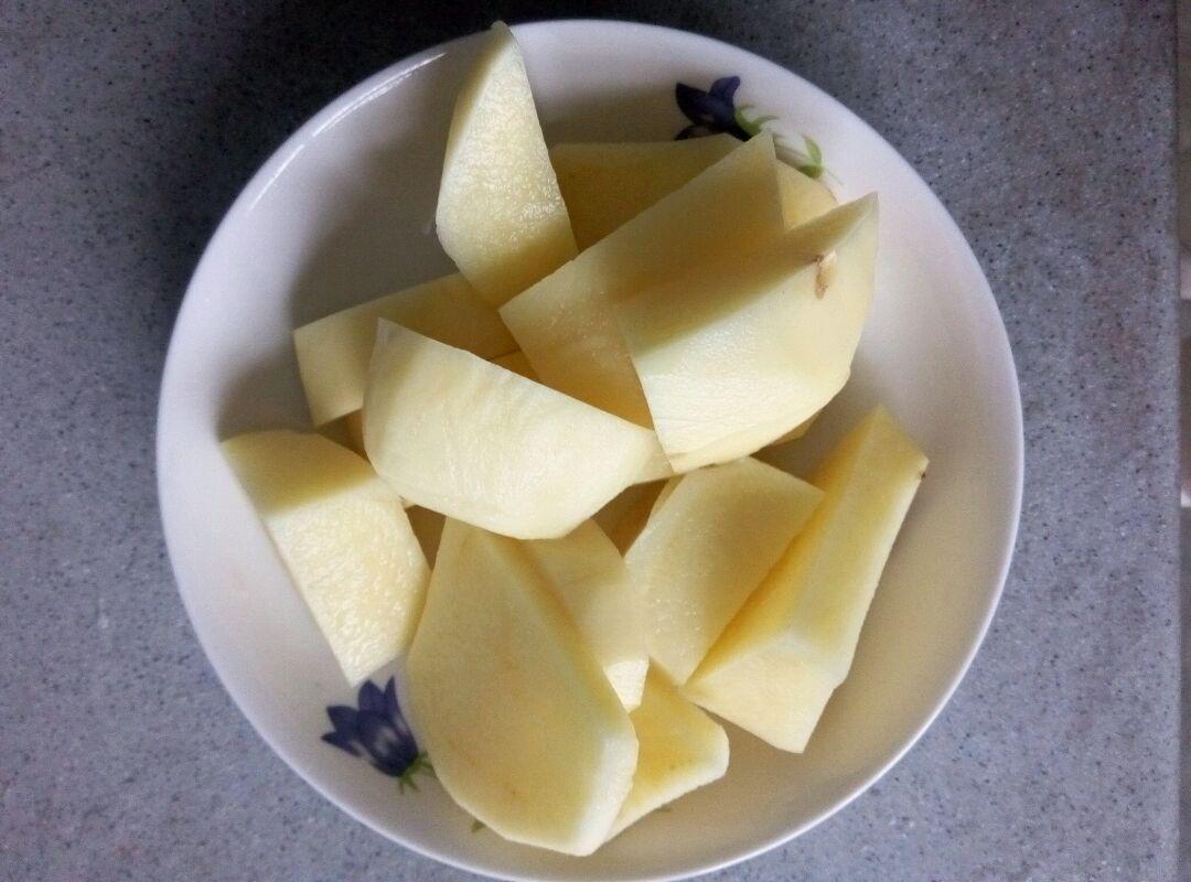 土豆削皮切块