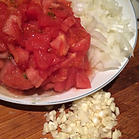 将西红柿去皮后切成丁,腐竹切丁,蒜切末鱼丸墨洋葱图片