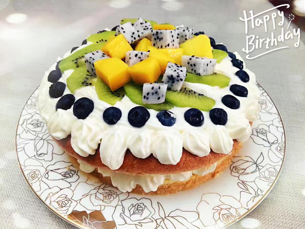 蛋糕横切成片,中间涂抹奶油,平铺芒果.