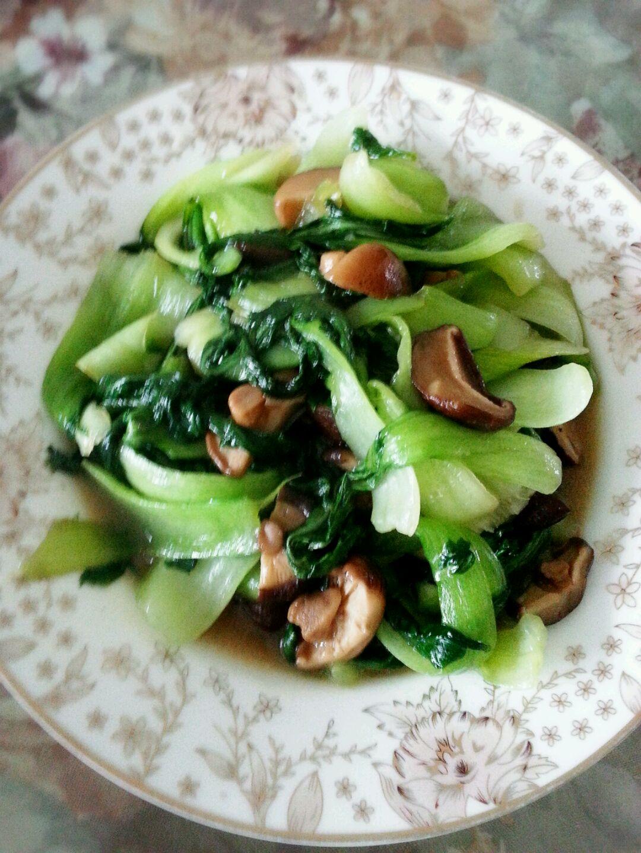 炒菜煲汤临锅时加入提鲜不口干 香菇炒青菜的做法步骤 1.