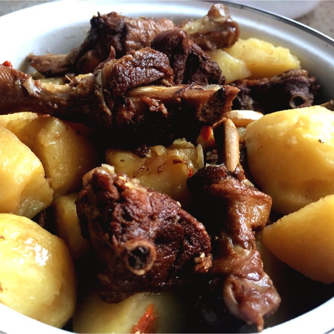 黄焖鸭焖土豆的照片