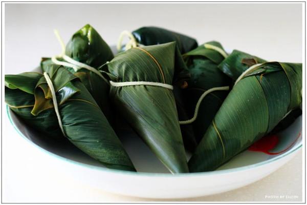 主料 蓼叶适量 适量 辅料   适量 白糖适量 粽子的做法步骤 2.