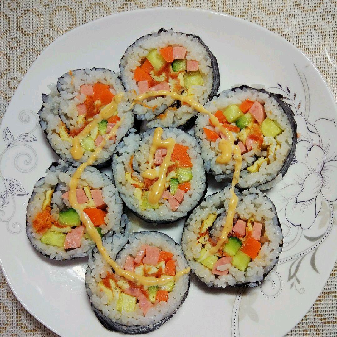 新手寿司的做法步骤 2. 鸡蛋用平底锅煎成鸡蛋饼,然后切成细条状.