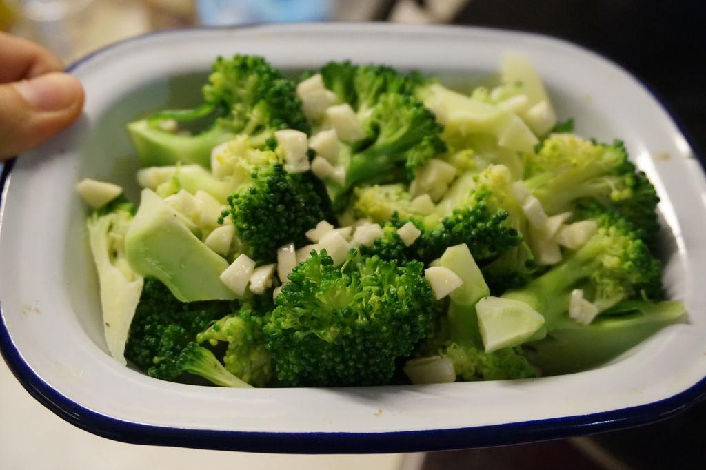 很多人以为番茄、辣椒等是含维生素C最丰富的蔬菜,其实,西兰花的维生素C含量比它们都要高,也明显高于其他普通蔬菜。而且,西兰花中的维生素种类非常齐全,尤其是叶酸的含量丰富,这也是它营养价值高于一般蔬菜的一个重要原因。它还具有抗癌功效,其功效已经被全世界人认可。就是这样一种常见的蔬菜,恰恰是像珍宝一样的存在!与其去追求各种昂贵的进补品,还不如踏踏实实多吃些营养而实惠的食材。 这周日就是母亲节了,刚好爸爸的生日就在母亲节前一天,赶巧了!这个周末得给父母好好庆祝一番!妈妈也即将步入五十岁的行列了,而我也长大了,时