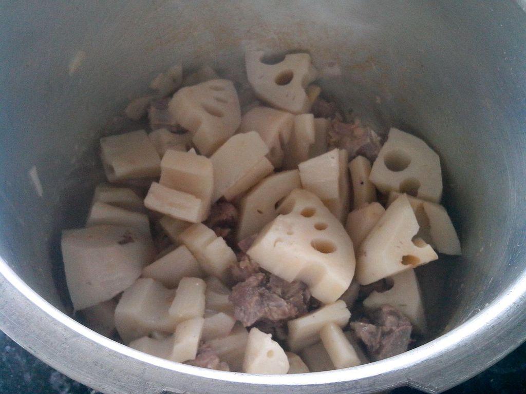 排骨莲藕汤的做法图解1