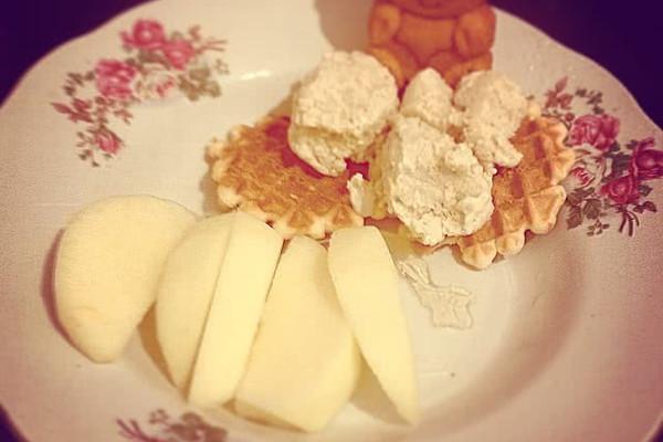 主料 牛奶250ml 蛋黄2个 砂糖 香蕉1只 香蕉冰淇淋的做法步骤 2