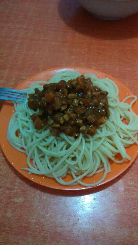 意大利面的做法步骤 1. 胡萝卜,番茄,肉切丁备用 2.