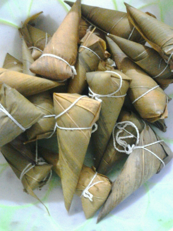 主料 糯米1500g 粽叶约50片 腊肉1小碗 棉线适量 腊肉粽子的做法步骤
