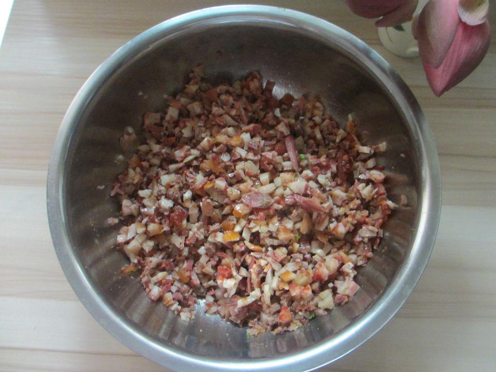 荷叶水饺的做法步骤 1.