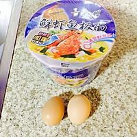 泡面鸡蛋饼#小虾创意料理#的做法图解1