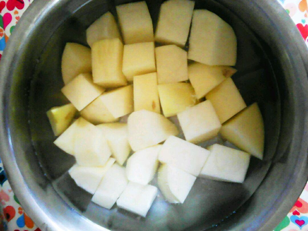 土豆切块放入水里泡着