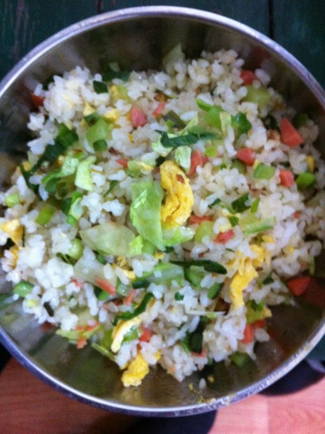 炒米饭的做法步骤 1. 黄瓜,蒜苗洗干净,连同火腿肠一起切丁.