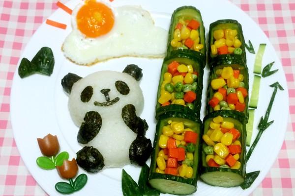 5. 香肠用模具做成花,小熊猫的手脚嘴眼睛用模具抠海苔做好,用模具装满米饭略压一下,做成小熊猫身体