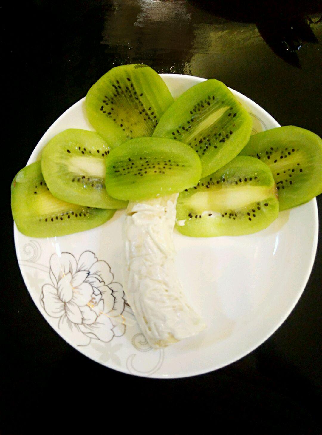 儿子幼儿园水果拼盘大赛的作品     主料 1只 半个 沙拉酱1勺 香蕉