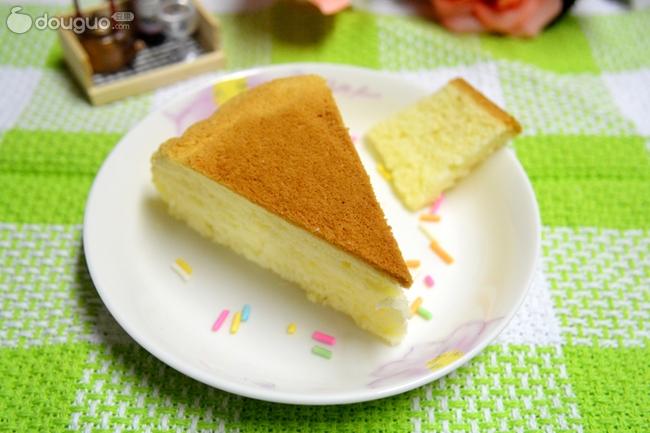鲜牛奶50克 油30克 白砂糖60克 鸡蛋4个 电饭锅做蛋糕的做法步骤 小