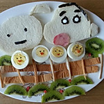 蜡笔小新 阿呆/2.鸡蛋一切为二,用芝麻做眼睛,胡萝卜做嘴巴