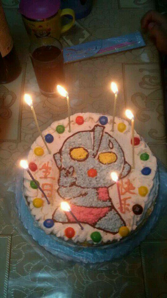 戚风蛋糕做了好几个,生日蛋糕还是第一次做。儿子生日,我一激动想自己做。看了好多的攻略,有海绵宝宝,小气车,奥特曼让他选。我说儿子妈妈还是给你买个吧,我怕做不好,失败了怎么办。他说妈妈你做吧你做成什么样我都喜欢,你做的是最好的。感动啊!谢谢你宝贝!祝你生日快乐,健康快乐的长大!