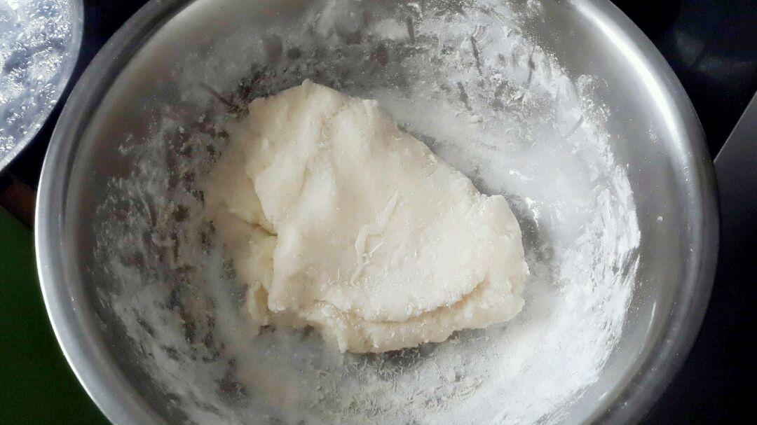京酱肉丝 面皮的做法步骤 4. 将甜面酱对点水,加入少许糖.调味 5.