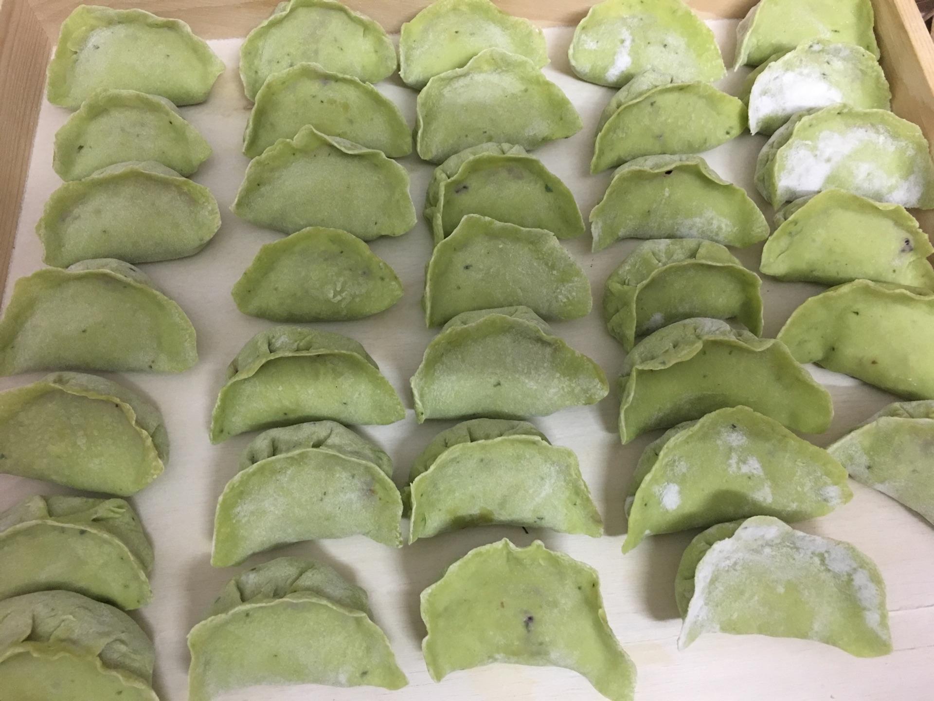 军绿色饺子(内馅黑胡萝卜毛豆品种)青食洋葱猪肉图片