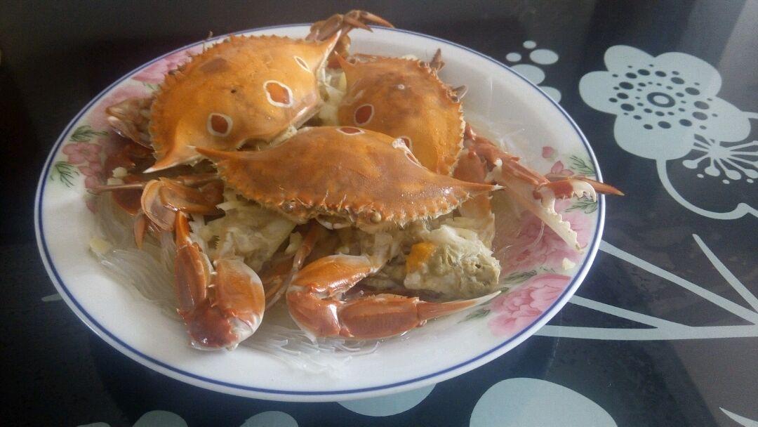 主料 螃蟹3只 蒜适量 盐适量 粉丝适量 油适量 蒸螃蟹的做法步骤