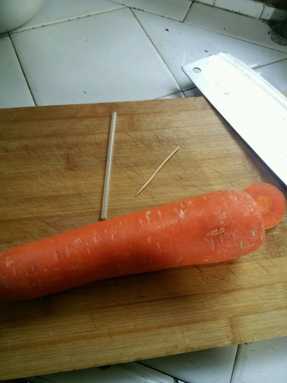 准备材料:胡萝卜,牙签,圆珠笔芯,刀
