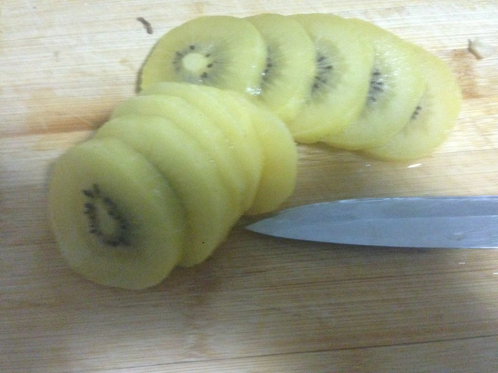 猕猴桃去皮,切薄片