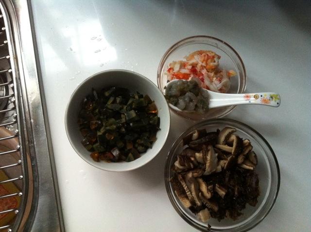 图解 皮蛋/1. 皮蛋切丁,黑木耳切丝,香菇切片,备好蟹肉及虾仁